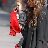 20. Februar 2013: Grau und Rot sind auch für Kinderoutfits wie das von Harper ein toller Farbkontrast.