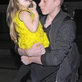 Im schicken, gelben Stepp-Dress von Roksanda Ilincic ist Harper Beckham auf dem Arm ihres großen Bruders Brooklyn ein richtiger Sonnenschein.