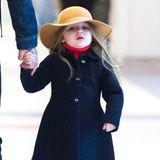 Eine richtig süße Lady ist die Harper Beckham bereits. Mit navyblauem Mantel, Jeans, rotem Rollkragenpullover und besonders dem eleganten, karamellfarbenen Hut steht sie ihrer Mutter in Sachen Style nichts mehr nach.