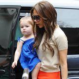 Abgestimmt: Harpers royalblaues Hängerkleidchen bildet einen schönen Kontrast zu Victoria Beckhams orangenem Minirock.