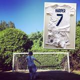 David Beckham ist mächtig stolz auf seine Tochter Harper. Die möchte nämlich auch Fußball spielen lernen, und das hat die englische Frauen-Fußball-Nationalmannschaft so gefreut, dass Harper jetzt auch ihr eigenes Trikot mit der Nummer 7 hat. David ist ganz begeistert und wünscht der Damen-Mannschaft via Instagram viel Glück für ihr erstes Spiel gegen Frankreich.