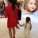 Wie bezaubernd die kleine Harper mit ihrem weißen Spitzenkleid im Gitter-Look und Zöpfchen von vorne aussieht, können wir auf diesem Foto, das Mama Victoria Beckham bei Instagram gepostet hat, nur erahnen. Wir freuen uns aber jetzt schon auf alle ihre nächsten Looks.