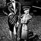 Schwarzes Lederkleid von Salvatore Ferragamo, ca. 2900 Euro. Strümpfe von Item M6, Schuhe von John Galliano. Rotes Mantelkleid v