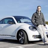 Lee Rychter cruist im VW Beetle über die Insel.