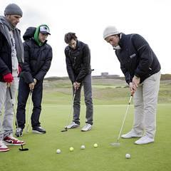 Beim Golf-Schnupperkurs lassen sich Lee Rychter, Mathis Landwehr und Martin Wössner von Pro Sascha Georgi zeigen, wie man den Sc