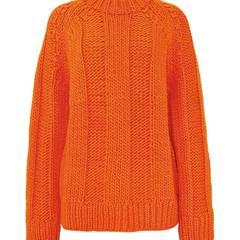 Bringt Farbe ins Spiel. Flauschiger Pullover in der Trendfarbe Orange, von COS, ca. 70 Euro