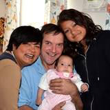 Narumol und Josef sind überglücklich über Familienzuwachs Jorafina und auch Narumols Tochter Jenny ist ganz stolz auf ihre klein