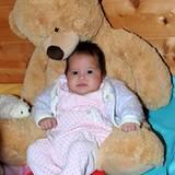 Kleines Mädchen - großer Stolz: Tochter Jorafina mit ihrem Lieblins-Teddy-Bär.