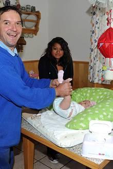 Papa Josef wickelt seine Tochter Jorafina selbstverständlich selbst, seine Stieftochter Jenny geht ihm ein wenig zur Hand.