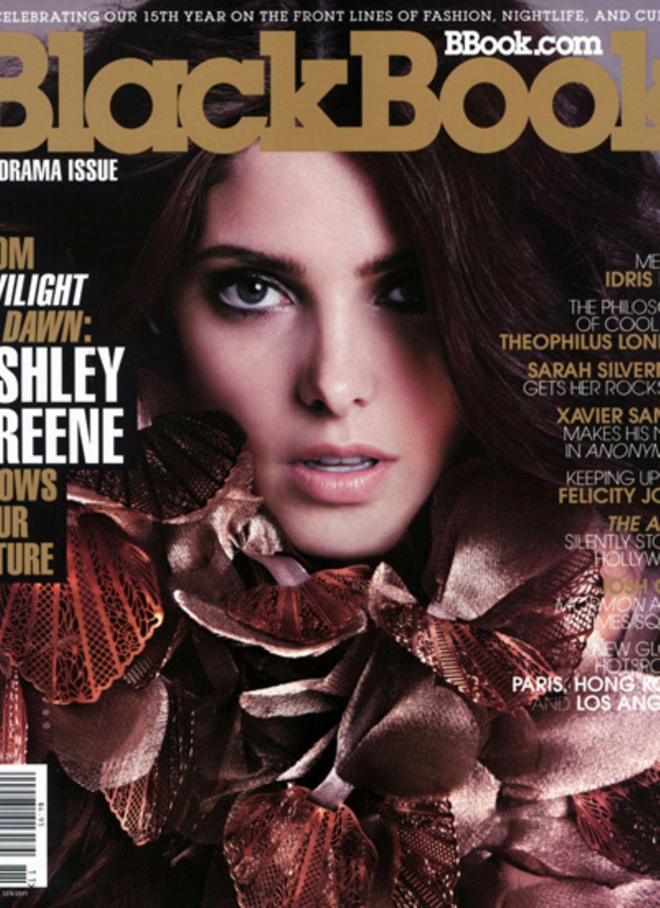 """Ashley Greene lächelt den Fans dagegen etwas züchtiger vom Cover des """"Black Book"""" entgegen."""