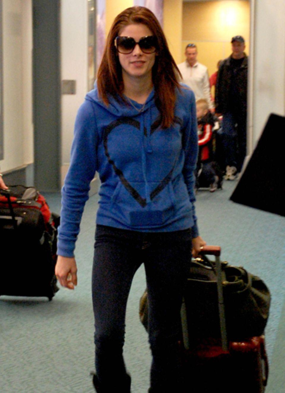 Im gemütlichen blauen Sweatshirt kommt Ashley Greene in Vancouver an.
