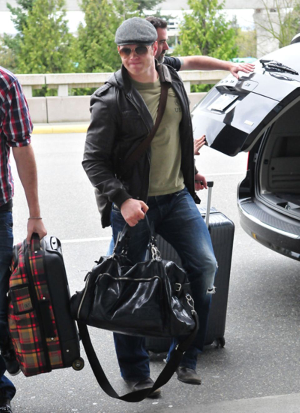 Mit schwerem Gepäck zeigt sich Kellan Lutz am Flughafen von Vancouver.