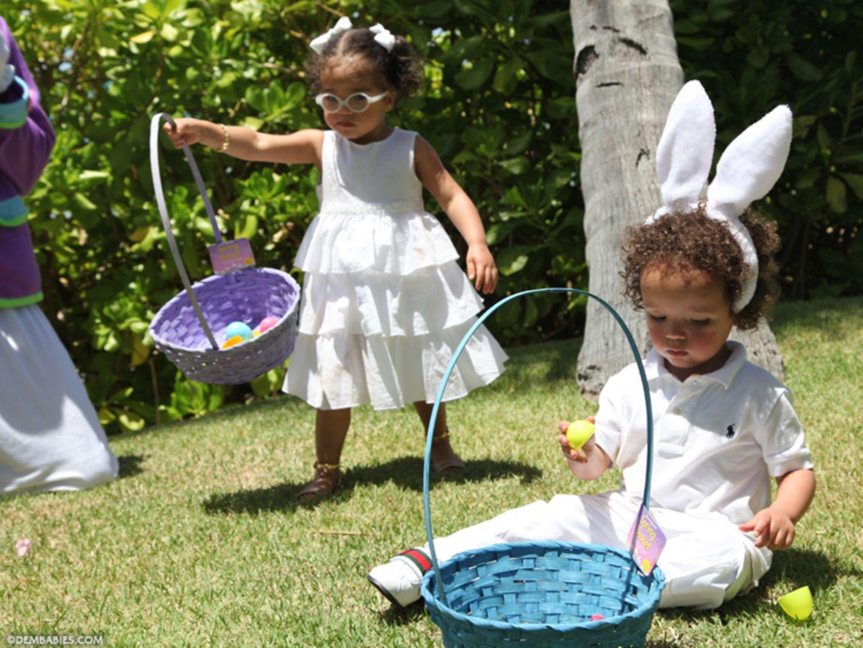 ... Monroe und Moroccan suchen im Garten fleißig nach den versteckten Ostereiern.