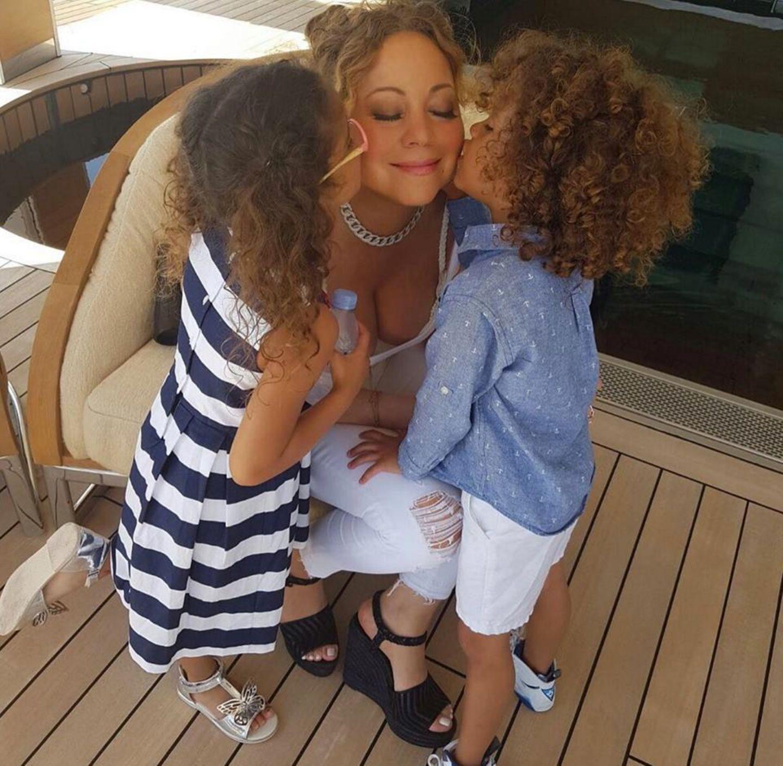 Mama ist die Beste! Die Zwillinge geben Mariah Carey ein Küsschen und die Diva genießt es in vollen Zügen.
