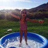 Plitsch platsch! Monroe liebt ihren kleinen Swimming Pool.