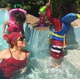 Mariah Carey planscht mit ihren Zwillingen im Pool.