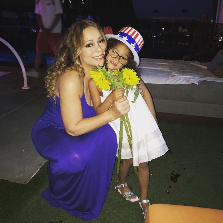 Am Nationalfeiertag der Amerikaner, dem 4. Juli, gibt es von Mariah Carey Blumen. Tochter Monroe trägt den Unabhängigkeits-Hut.