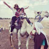 Mariah reitet mir ihren Kindern Maroccan und Monroe auf einem Kamel durch Israel.