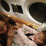Mariah Carey lässt sich von Tochter Monroe die Haare stylen.