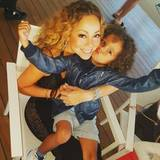 Mariah Carey hält ihren Filius Moroccan fest im Arm für ein Foto.