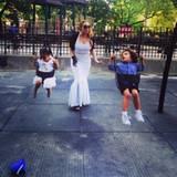Eine Diva auf dem Spielplatz: Mit ihren Zwillingen verbringt Mariah Carey Zeit beim Schaukeln.