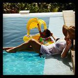 Mit Monroe verbringt Mariah Carey einen gemütlichen Tag am hauseigenen Pool.