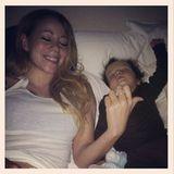 """Mama Mariah guckt mit ihrem kleinen Moroccan so lange """"Shrek"""" bis er eingeschlafen ist."""