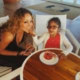 Mit ihrer Zwillingstochter Monroe teilt sich Mariah Carey sogar ein Erdbeernachtisch.