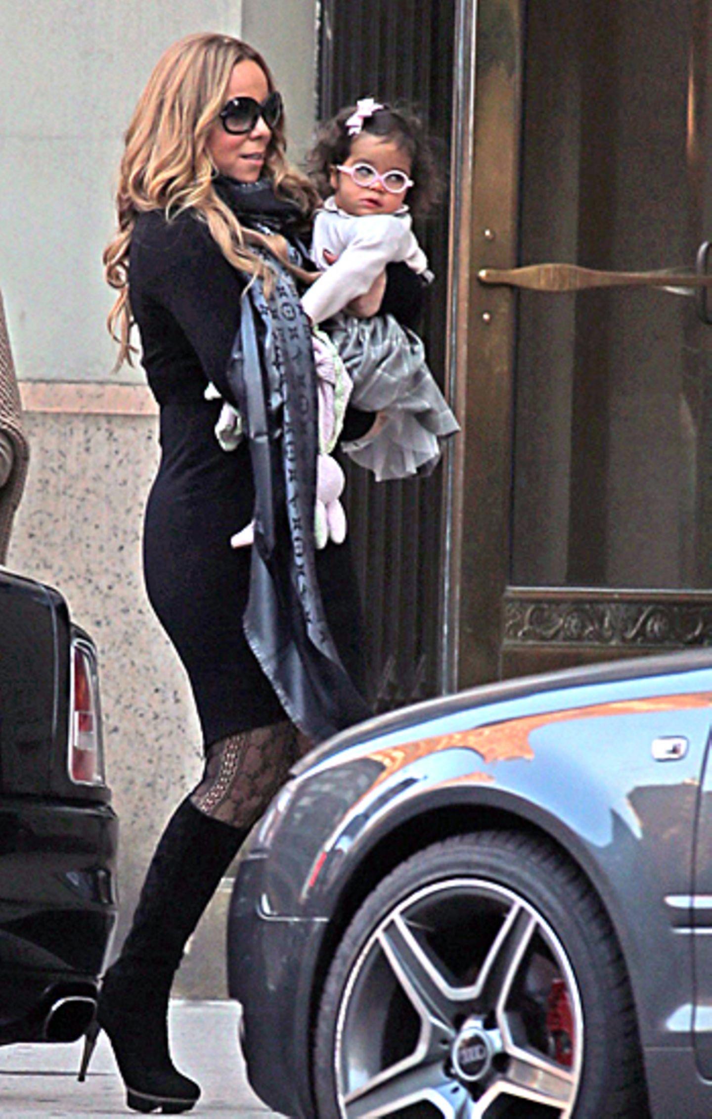 22. Oktober 2012: Mariah Carey trägt Töchterchen Monroe durch New York.