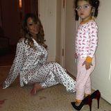 Pyjamaparty: Tochter Monroe trägt zum Schlafanzug Mariahs neue Roberto Cavalli Pumps.