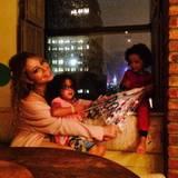Bei Sturm und Regen machen es sich Mariah und die Kinder in ihrem New Yorker Apartment gemütlich.