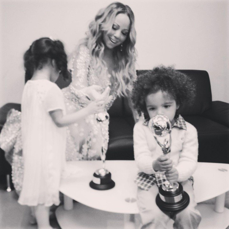 Mariah Careys Kinder Moroccan und Monroe freuen sich backstage über die Preise ihrer Mutter.