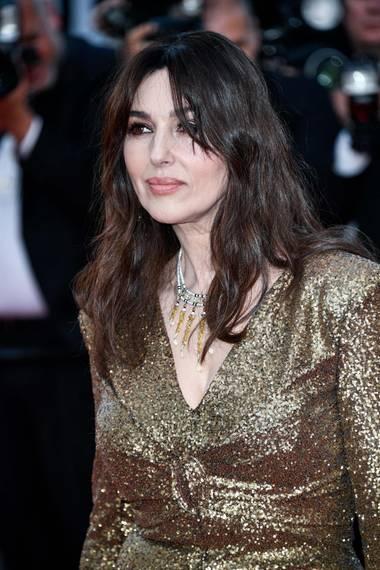 """Monica Bellucci brach die Bond-Girl-Kriterien und beweist heute noch, dass Frauen auch jenseits der 20 begehrenswert sind. Im Alter von 51 Jahren stand sie für""""Spectre"""" vor der Kamera und ließ so manche jüngere Schauspielkollegin alt aussehen."""