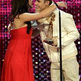 Jennifer alias Miss Bambi 2011 darf Justin Bieber mit einer Umarmung gratulieren.