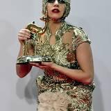 Lady Gaga hat sich für die Pressefotos mit dem goldenen Rehkitz nochmal in ein farblich korrespondierendes Outfit gehüllt.