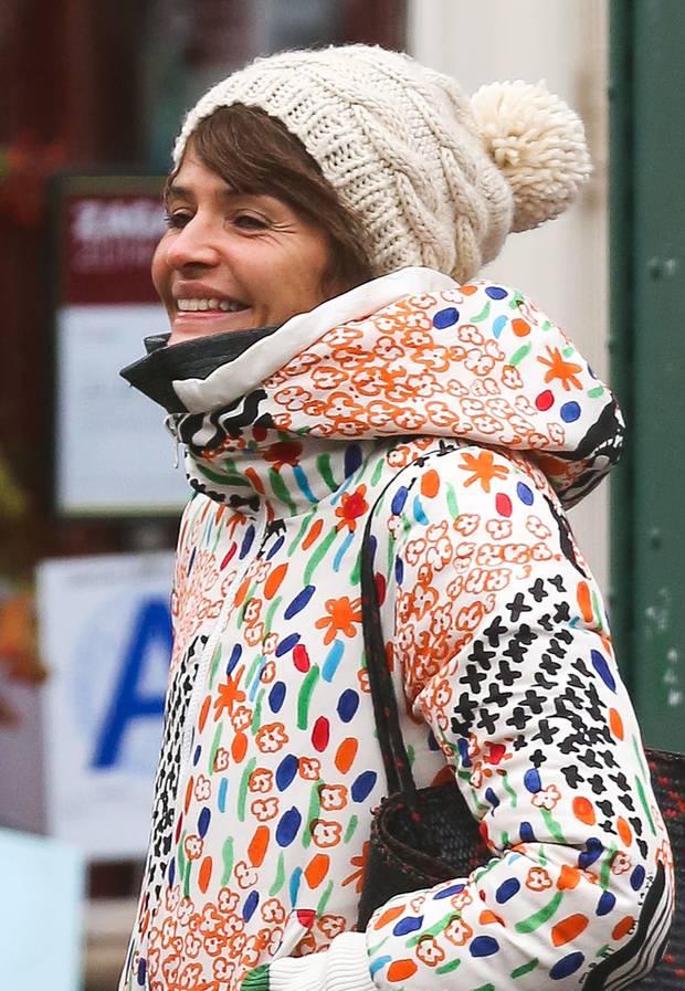 Für die gute Laune kommt man mit farbenfroher, verspielter Kleidung wie Helena Christensens Kapuzenjacke mit Bommelmütze am besten durch den Winter.