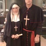 10. März 2009: Ziemlich ernst wirken Demi Moore und Ashton Kutcher auf diesem Bild. Alles nur Show, denn die frommen Kostüme sin