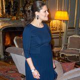 Beim offiziellen Empfang zu Ehren der Nobelpreisträger 2015 trägt Prinzessin Victoria ein schlichtes, aber sehr elegantes Kleid in Dunkelblau, das durch die hohe Taille und den Plissee-Rock ihren Bauch betont.