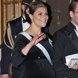 Prinzessin Victoria von Schweden trägt ihre ganz eigene, wunderschöne Weihnachtskugel mit sich herum. In einer schwarzen, engen Robe aus Samt kommt diese besonders deutlich zur Geltung.