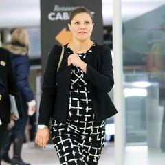 Frontal betrachtet fällt der Umfang von Prinzessin Viktorias schon kugelrundem Babybauch im schicken, schwarz-weißen Business-Style kaum auf. Von der Seite aber...