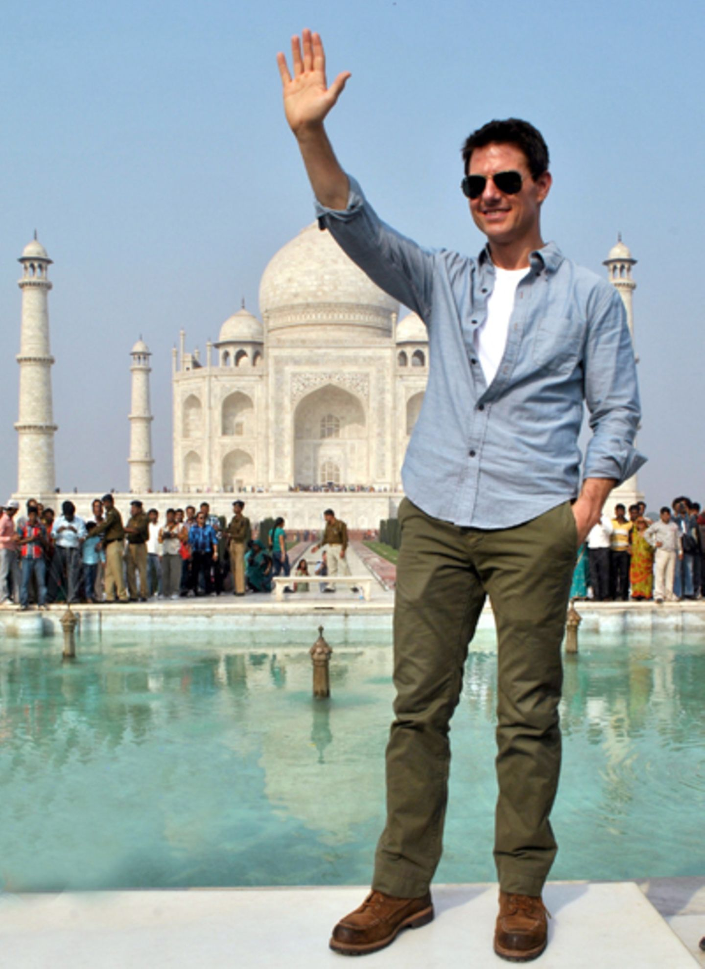 3. Dezember 2011: Winke, winke! Vor dem indischen Wahrzeichen Nummer eins, dem Taj Mahal, jubelte Tom Cruise seinen Fans zu. Das