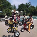 Stars & Bikes - Prominente und ihre Motorräder:  The Jackson Five mit ihren Eltern Joe und Kathrine. Michael Jackson auf einer Ho