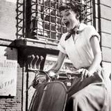 """Stars & Bikes - Prominente und ihre Motorräder:  Audrey Hepburn 1951 in """"Ein Herz und eine Krone"""" auf einer Vespa 125."""