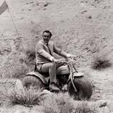 """Stars & Bikes - Prominente und ihre Motorräder:  Sean Connery in """"James Bond 007 - Diamantenfieber"""" auf einer Honda ATC 90."""