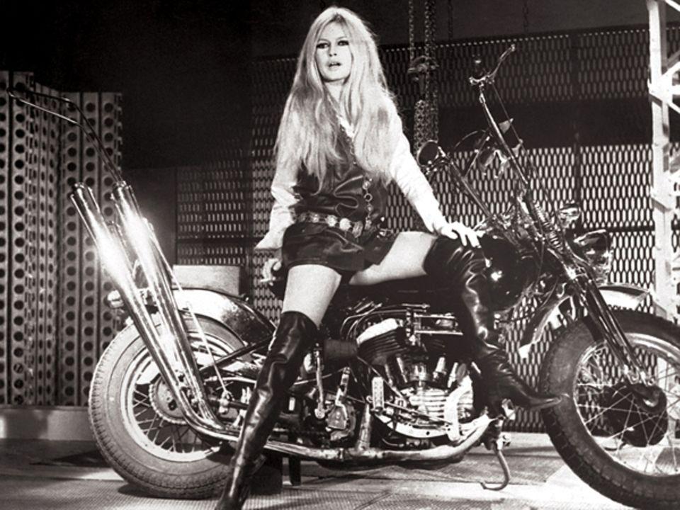 Stars & Bikes - Prominente und ihre Motorräder:  Brigitte Bardot auf einer Harley-Davidson WL 750 Costumbike.