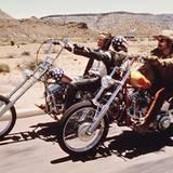 """Stars & Bikes - Prominente und ihre Motorräder:  Peter Fonda und Dennis Hopper in """"Easy Rider"""".   Harley-Davidson """"Captain Amercia"""