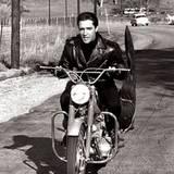 """Stars & Bikes - Prominente und ihre Motorräder:  Elvis Presley in """"König der heißen Rhythmen"""" auf einer Honda Superhawk 350."""
