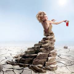 Desertification - März  Milla erblüht aus der ausgedörrten Erde und entdeckt Campari, um ihren Durst zu stillen.  Manche Schönheit