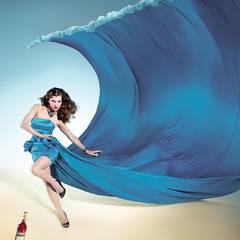 Anomalous wave – Januar  Eine seidige, fließende Welle türmt sich hinter Milla auf, bereit, alles unter sich zu begraben.  Nicht a