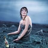 Deluge - Juni                                                 Eine Campari-Flaschenpost schwimmt an Milla vorbei, die aus ihrem Kleid auftaucht wie aus                                                 wilden Sturmfluten. Eine